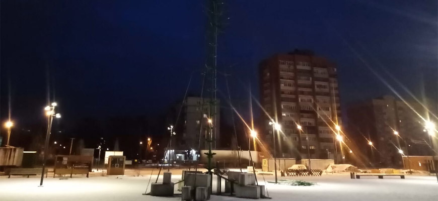 В парке Победы устанавливают большую елку